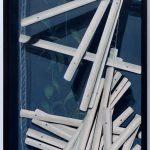 Realistische Ölmalerei eines Fensters mit defekter Jalousie und Pflanzen.