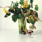 Fotografie verblühtes Blumenstillleben Strauß mit unterschiedlichen Blumen